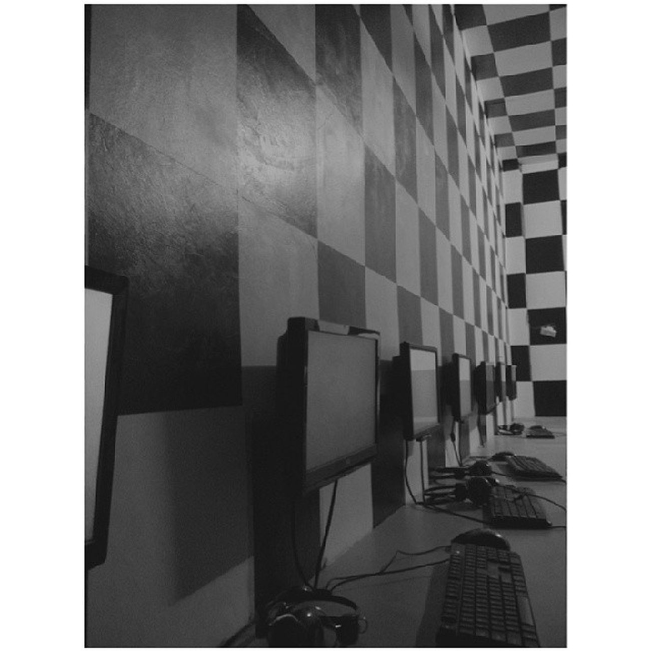 ? Checkered Blackandwhite Internetcafé ? Tambay ITwist