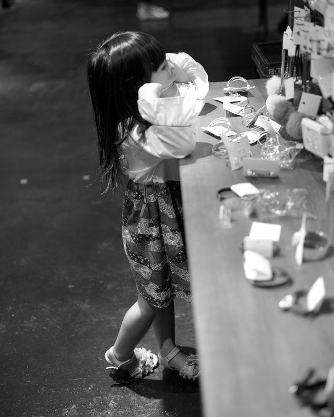 First Eyeem Photo Vintage Fashion Girl Leica Leicacamera Leica Lens LeicaM9 Summicron50 Monochrome Bnw Japan Shopping Daughter Accesories Photography Rangefinder Portrait Snapshot Oldlens Bokeh