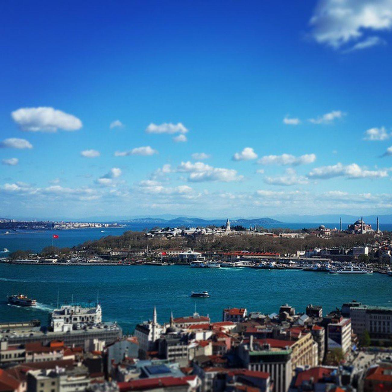 Istanbul Marmaradenizi Tarihiyarimada Adalar Mavigökyüzü Bulutlar Galatakulesi Manzarası Uludag