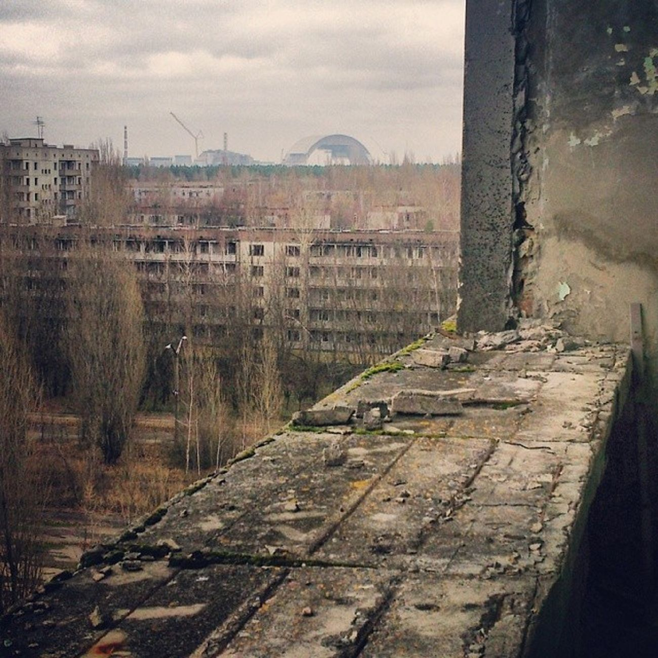 И вновь этот неловкий момент, когда кажется, что не ты смотришь на станцию, а станция на тебя припять чаэс атомная_катастрофа атомная_станция pripyat nuclear_station nuclesr_disaster radiation dead_city abandoned_city