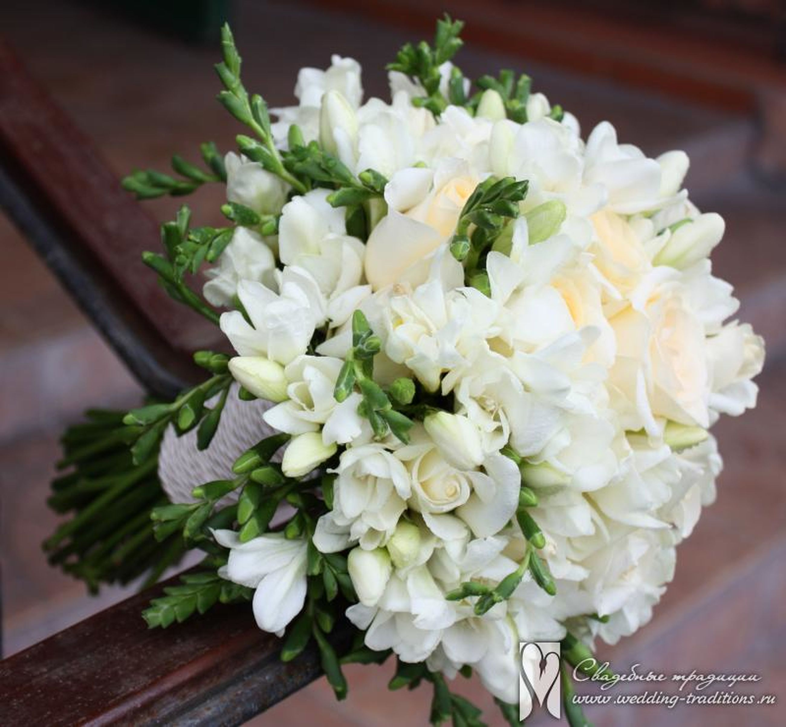 flower, freshness, petal, fragility, white color, flower head, beauty in nature, indoors, close-up, growth, focus on foreground, bunch of flowers, nature, plant, vase, bouquet, blossom, high angle view, blooming, white