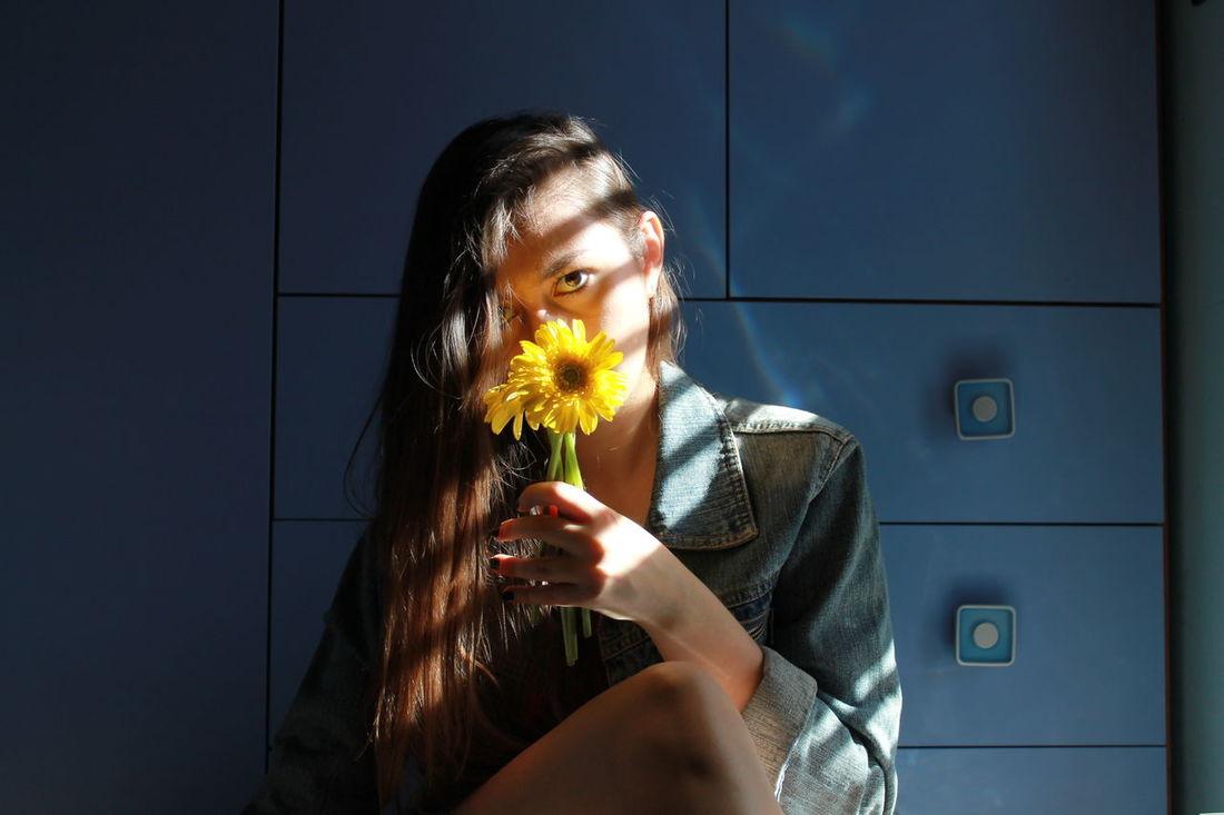 La nostra pelle immersa nel buio multicolore Me Autoritratto Portrait Ritratto Selfportrait Self Portrait Light Luce Sole Fiori Flower Giallo Yellow Yellow Flowers Persiane Jeans Sunlight Viso Sguardo  Canonphotography Canon Girl