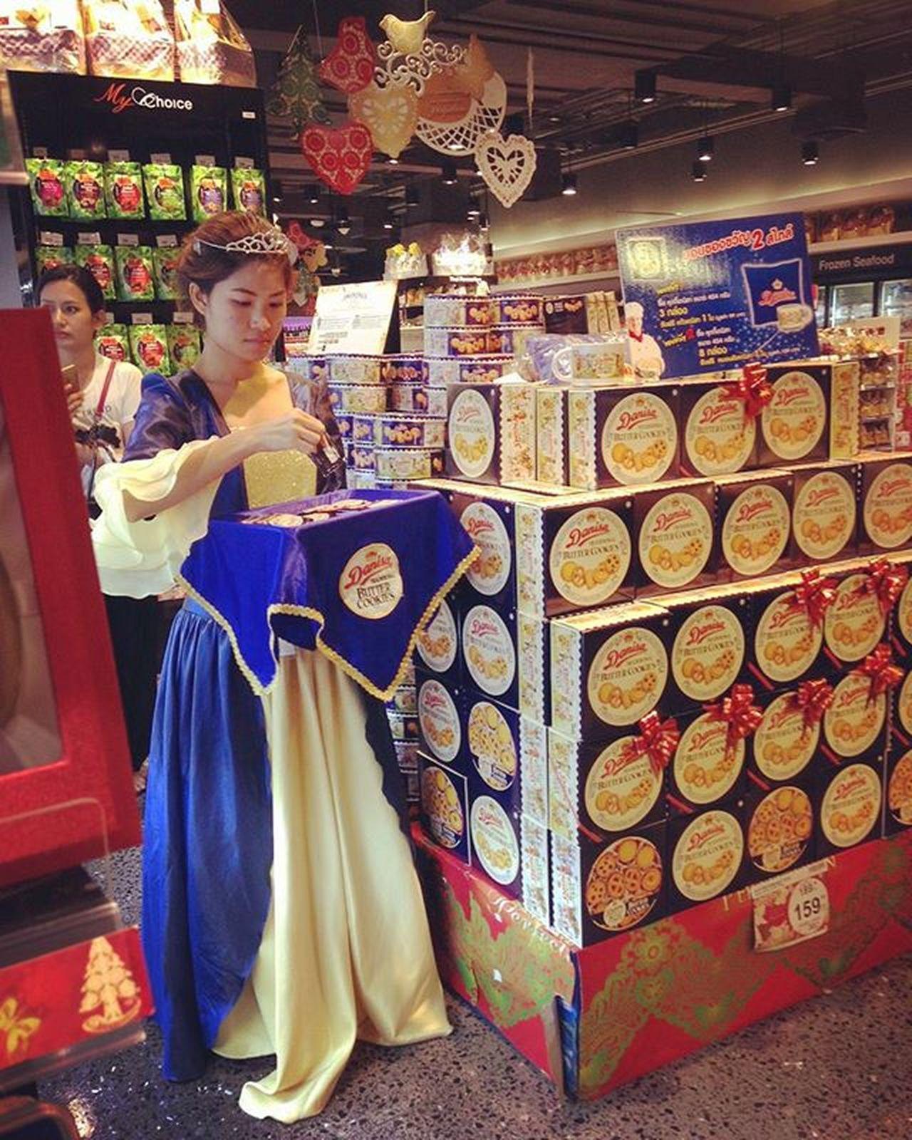 Princess Sales Person Princess FairyTail Salesperson Sell Seller Supermarket Buy Cookie Cookies Food Sweet Shopping Bangkok Thailand 📷by Iamjinni