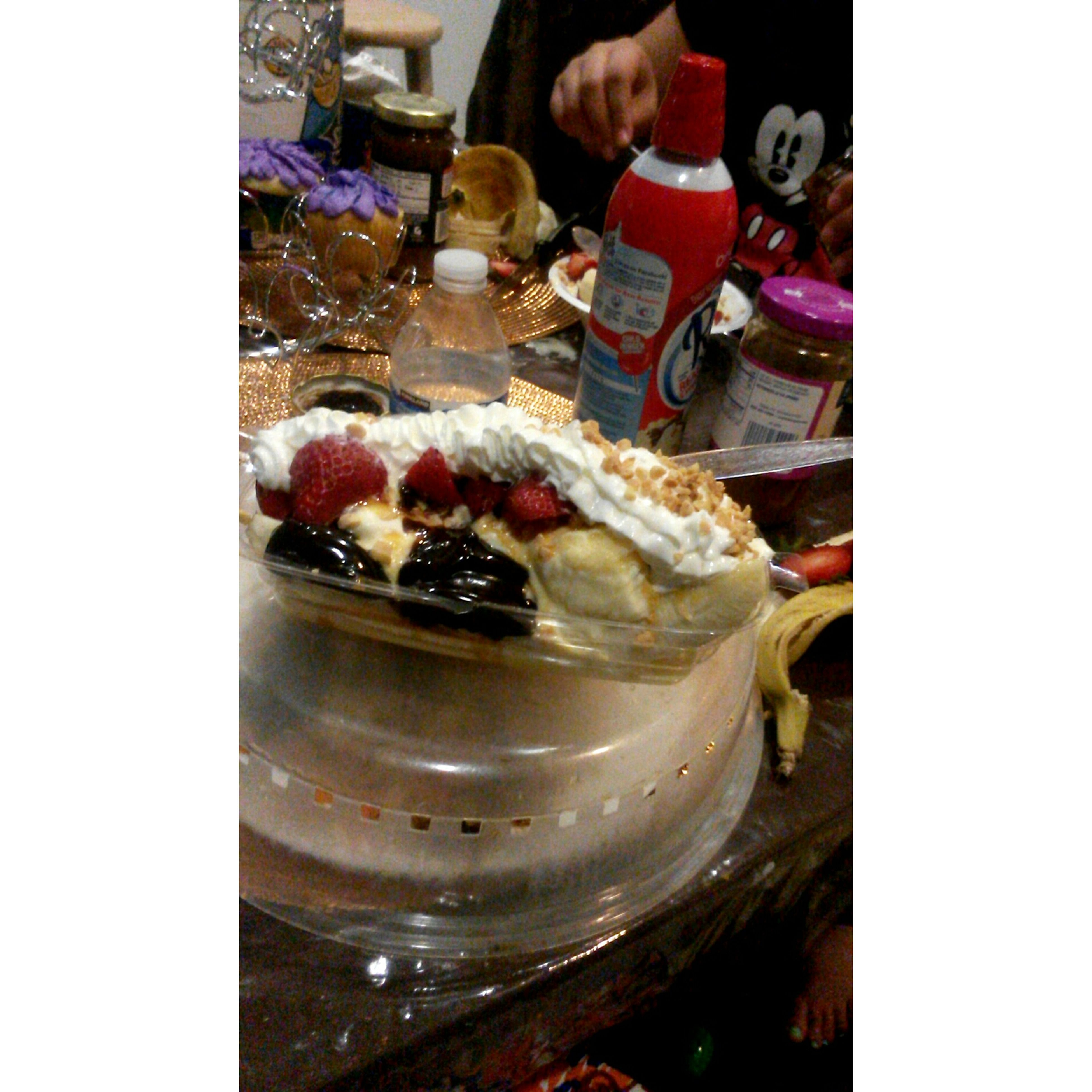 mmmm can i have another banana split ahaha Last Night I'm So Getting Diabetes When I'm Old ahaha I'm done xD