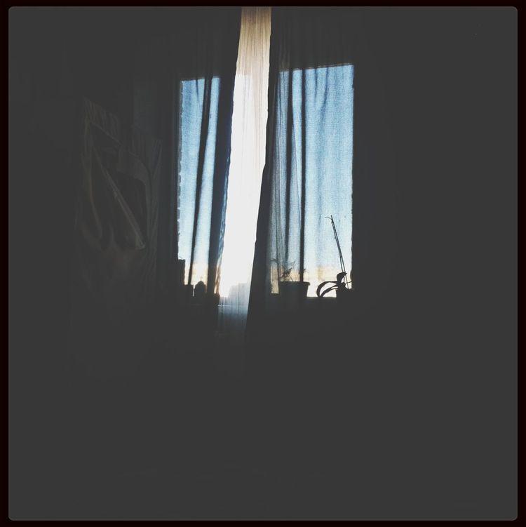 День стремиться к вечеру, а я все лежу в кровати и смотрю в окно. В голове миллионы мыслей и размышлений. По какой то причине нет настроения, но это исправимо??? First Eyeem Photo