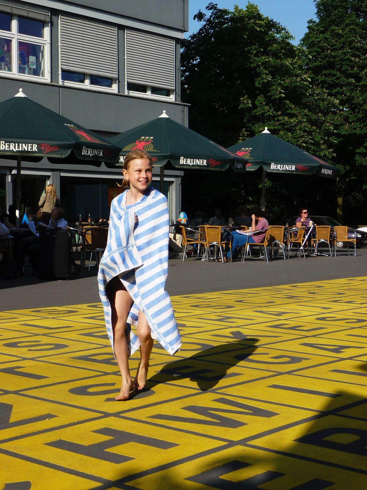 GERMANY🇩🇪DEUTSCHERLAND@ 2008 June Kreuzberg BERLINISCHE GALERIE People Girl Swimming Wet Streetphotography