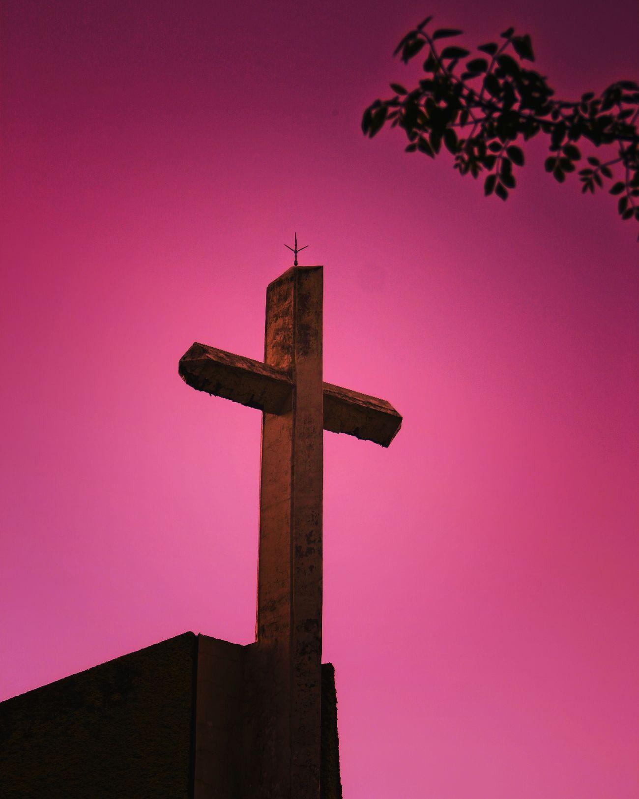 La cruz permanece firme, mientras el mundo da vueltas. Cross Forgiveness Sky Spirituality Jesus Streetphotography