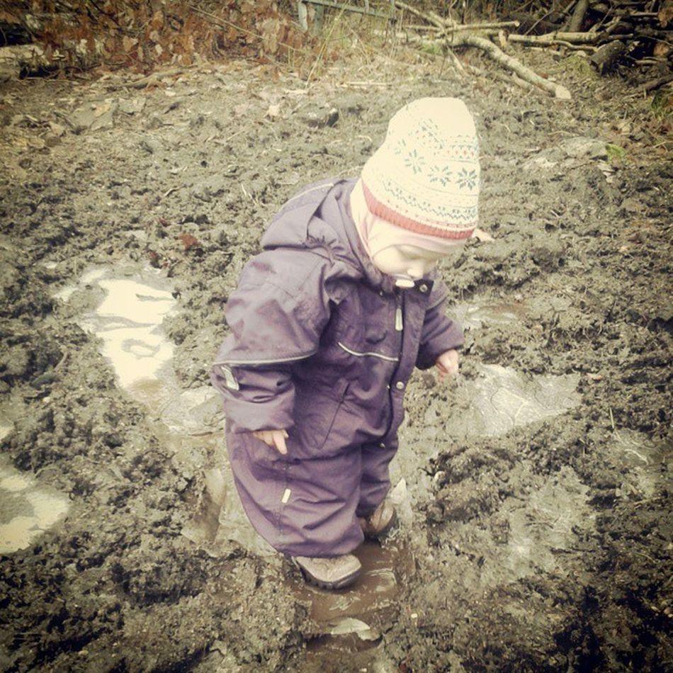 Søle med is på er gøy... Godmorgennorge Boraas Barn Lek naturen vinter bonde detgodebondeliv outdoor child baby gøy fun