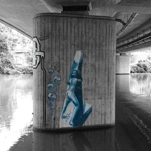Graffiti an einer Brücke in Bamberg  mit dem HuaweiP9 geschossen und mit Farbakzent versehen.