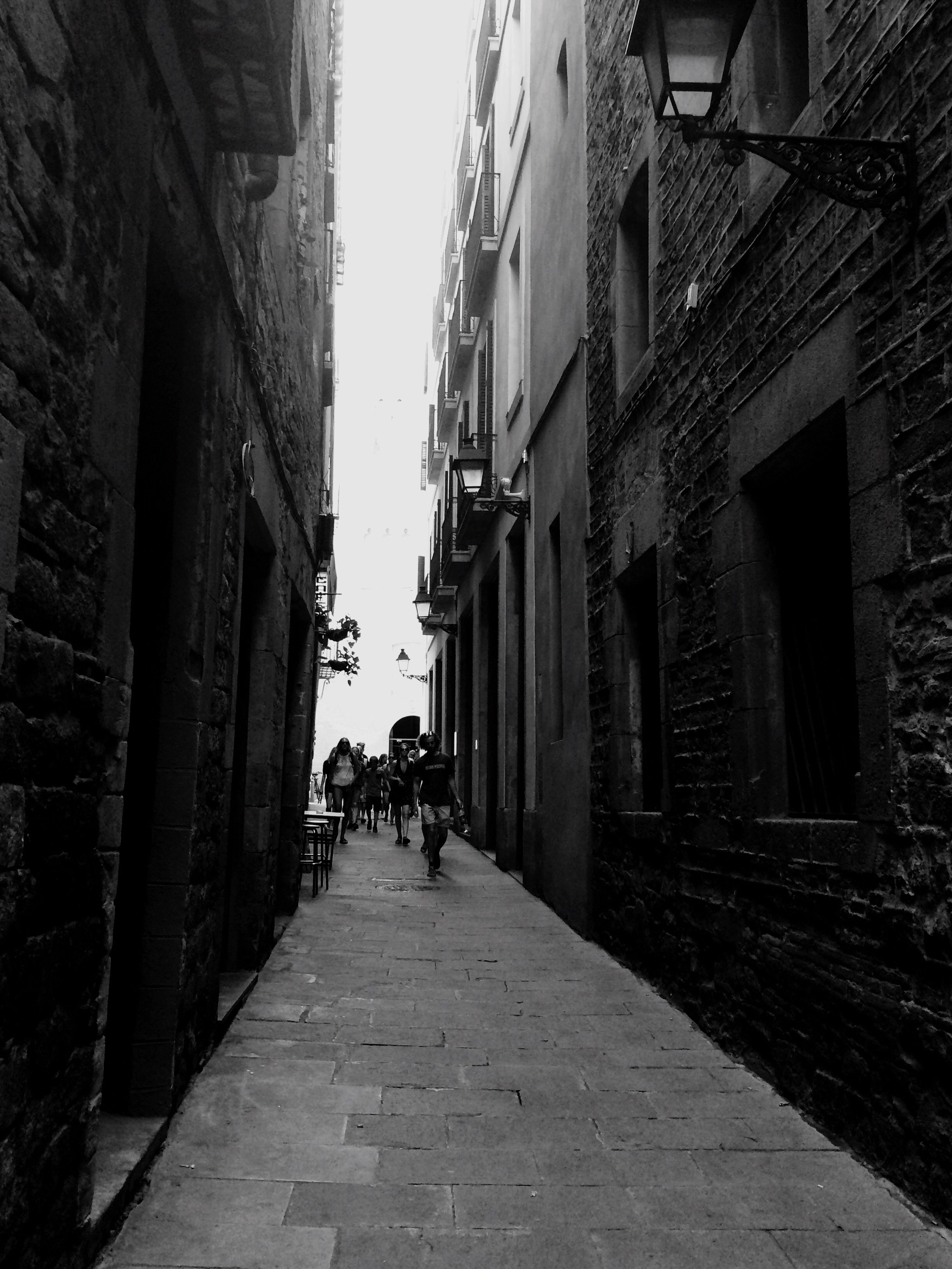 architecture, building exterior, built structure, the way forward, alley, full length, diminishing perspective, lifestyles, residential structure, vanishing point, residential building, narrow, building, city, leisure activity, footpath, day, outdoors, sky, city life, walkway, town