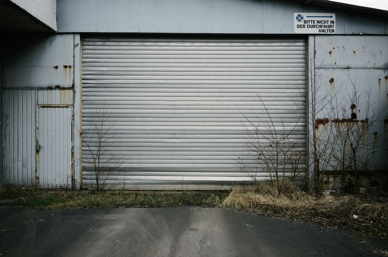 corrugated iron, built structure, building exterior, dirty, industry, industrial building, no people, outdoors, factory, architecture, barn, warehouse, day, rotting