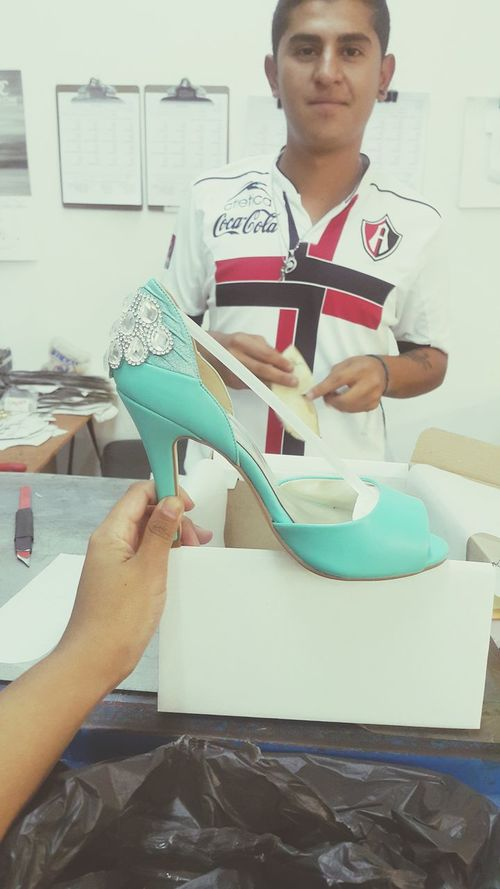 This man, became one of the most important parts of my wedding.. he made me the best gift i could have Weddingshoes Somethingblue Somethingnew Handmade Raulcoss