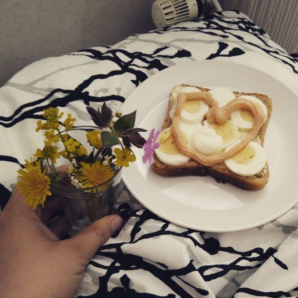 Älsklingen är så underbar! Blommor å frukost på sängen! 😍💖 Frukostpåsängen
