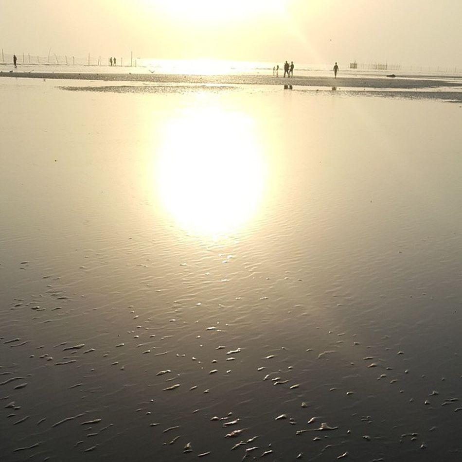 توی عصر جمعه ای که توی قلبم یه حفره سیاه گنده است از دلتنگی، این شد آخرین عکس تو بندر عباس و خلیج فارس. فردا من اینجا نیستم و دیگه این غروب رو نمیبینم ولی دریا اینجا میمونه و خورشید بازم غروب میکنه.فقط من دیگه اینجا نیستم Iran BandarAbbas Beach Persiangulf Golden AfternoonSunset Sunlight
