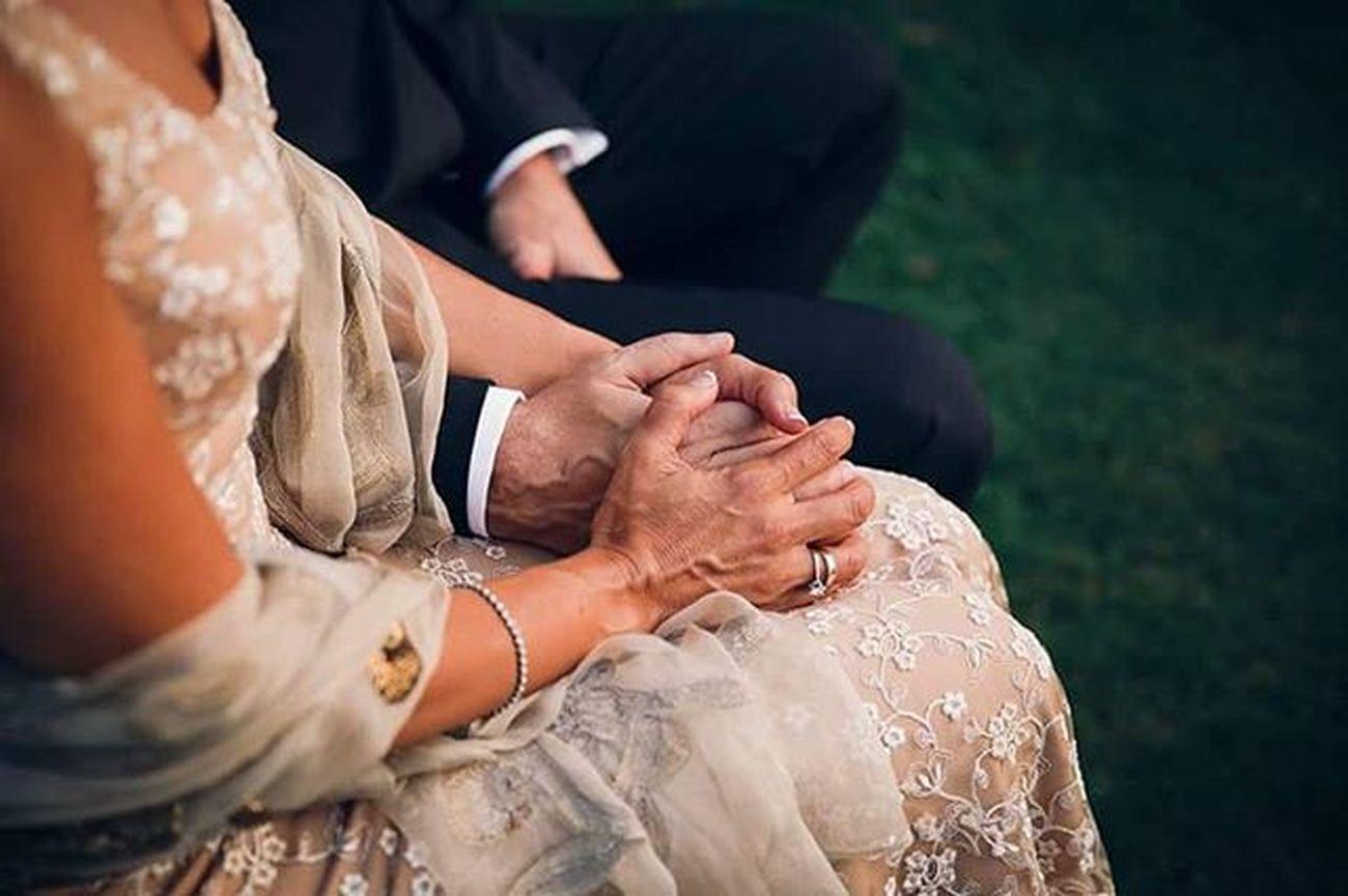 """Rosi y Gonzalo acaban de darse el """"sí, quiero"""" por segunda vez. Han pasado 20 años desde el primer """"sí"""" y deciden volver a casarse una vez más. Boda Malaga Alejandracatering Manos Cariño Amor Deseo Respeto Wedding Photographer Weddingphotographer Fotografodeboda Hands Bride Groom"""