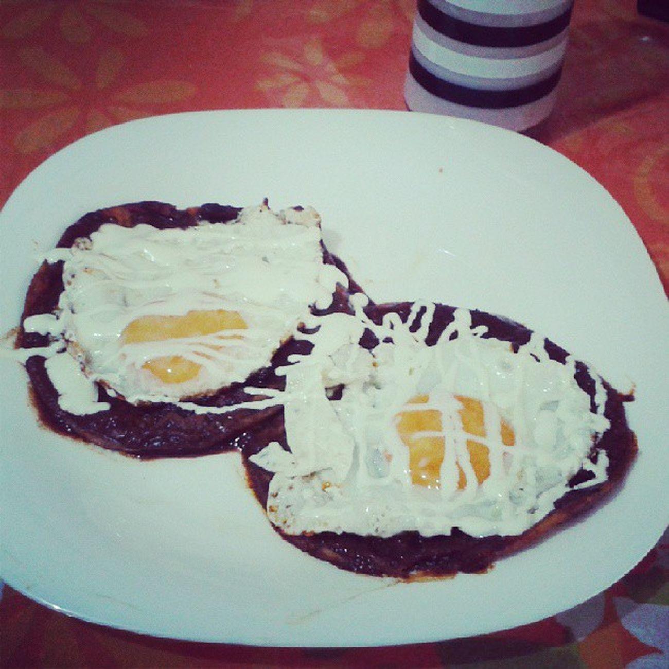 Como siempre yo, complaciendome mis antojos! :$ HuevosRancheros para desayunar