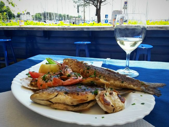 Fish Lunch The Essence Of Summer Wine And Food Lunch By The Bay Lunch Time! Enjoying A Meal Enjoy Eating Food Grigliata Di Pesce Pranzo Al Mare
