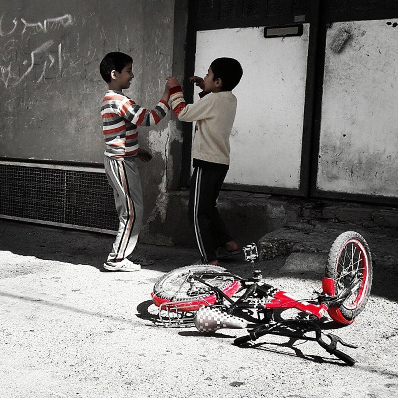 . نوبتی باشه نوبتی ولی چون دوچرخه مال منه، من اول سوار میشم . . این داستان: پسرانی_با_دوچرخه_گرمز