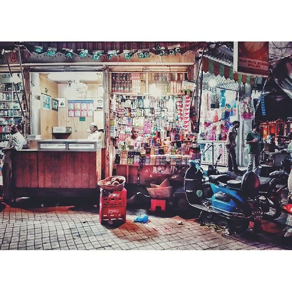 I always say let the world go to Hell, I should have my cup of tea... Life Dragdays Lahore Pakistan Walledcity Colorsoflife Waspa bazar Film Indie