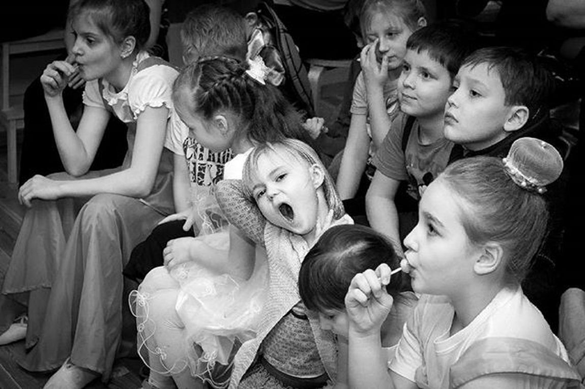 Дети непредсказуемы, но если успеть в нужный момент нажать на спуск затвора, то можно поймать убойный кадр.))) дети сон зевок карамель Chupachups конфеты сладости зрители поза ребенок девочка вечер зал концерт химки