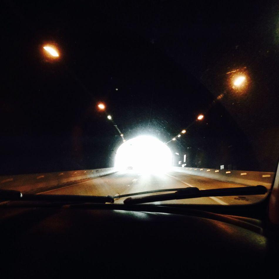 A uma luz no fim do túnel. A um motivo de ser você! Tunel Estrada Viagem Jesus é O Caminho