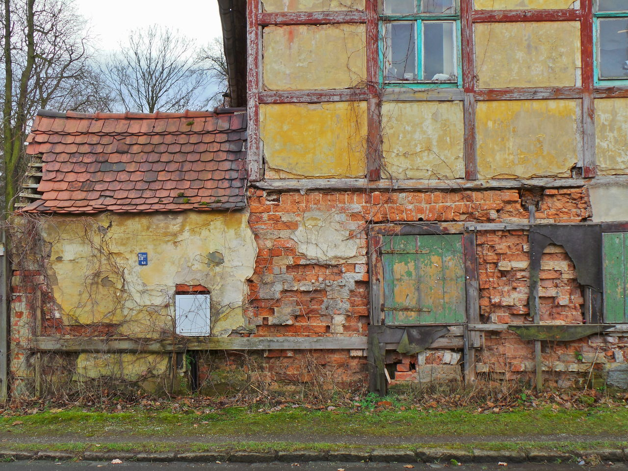 architecture, building exterior, built structure, house, residential structure, damaged, residential building, abandoned, window, brick wall, obsolete, deterioration, weathered, bad condition, ruined, day, outdoors, exterior, rural scene, peeling off, no people, residential district, worn out, dirty