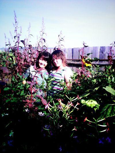 Сестренка и ч.У Мамы в саду