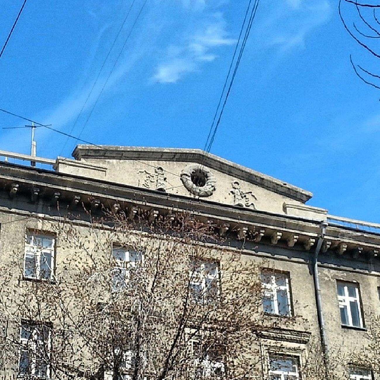 2014 -04-25, Новосибирск , улицаДостоевского . Декоративный фронтон / Novosibirsk. Building decorative pediment.