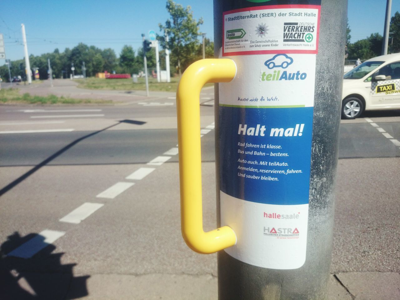 Geniale Werbung. Halt mal kurz ... City Halle (Saale) Hallesaalegermany Hallesaale Germany, Car Street Streetphotography Pole Sign Close-up Message Outdoors Day Western Script Communication Text Yellow Warning Sign Guidance Information Pole Sign Close-up Sidewalk