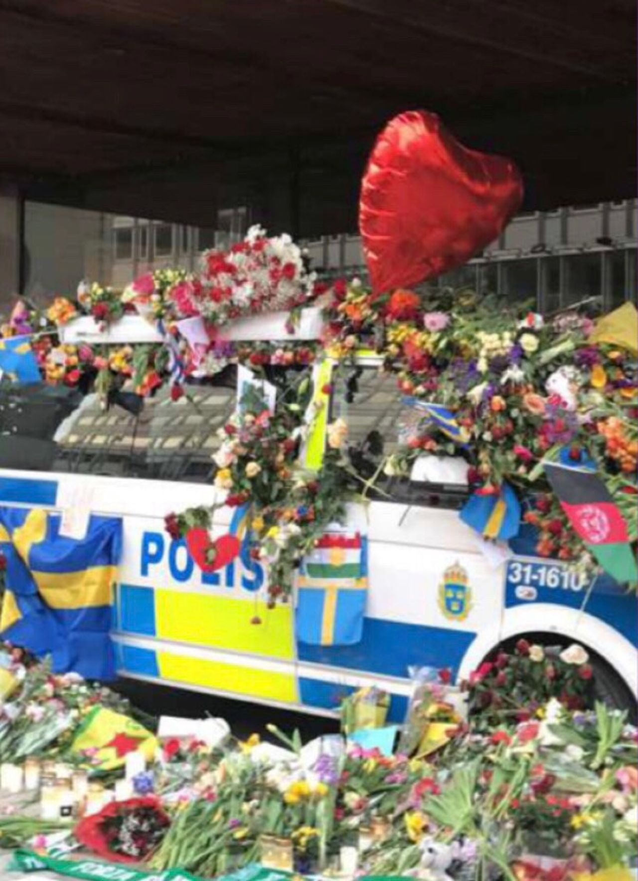 Terrorist Stockholm 7 / 4-2017🇸🇪💔 AWFULLY ! prayforstockholm🇸🇪🙏❤️🌹 Taking Photos Street First Eyeem Photo Walking Around My Thoughts Go To The Victims❤️✨❤️✨ The Swedish police are amazing🙏❤️🇸🇪🌹🌷🌹❤️