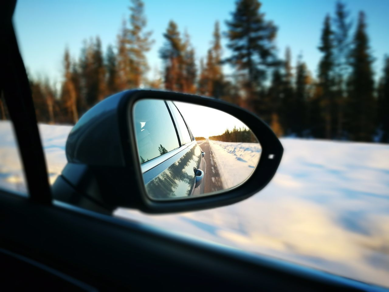 An eye backwards ( Reflection Car Travel Close-up Land Vehicle Side-view Mirror Vehicle Mirror Snow Moving )