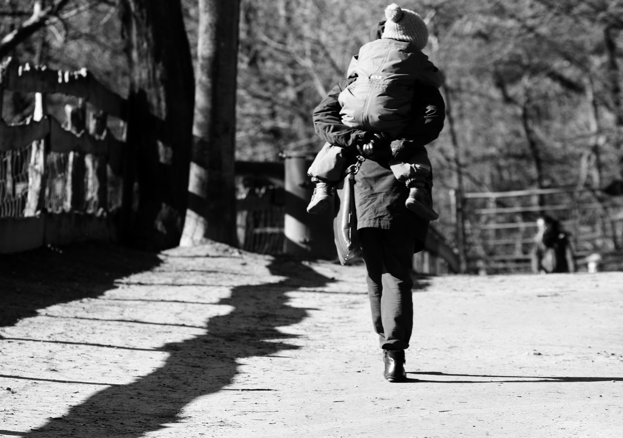 Light Up Your Life Light And Shadow Mather And Children Check This Out Day Taking Photos Eyeemphotography From My Point Of View Blackandwhite Photography Movement Photography