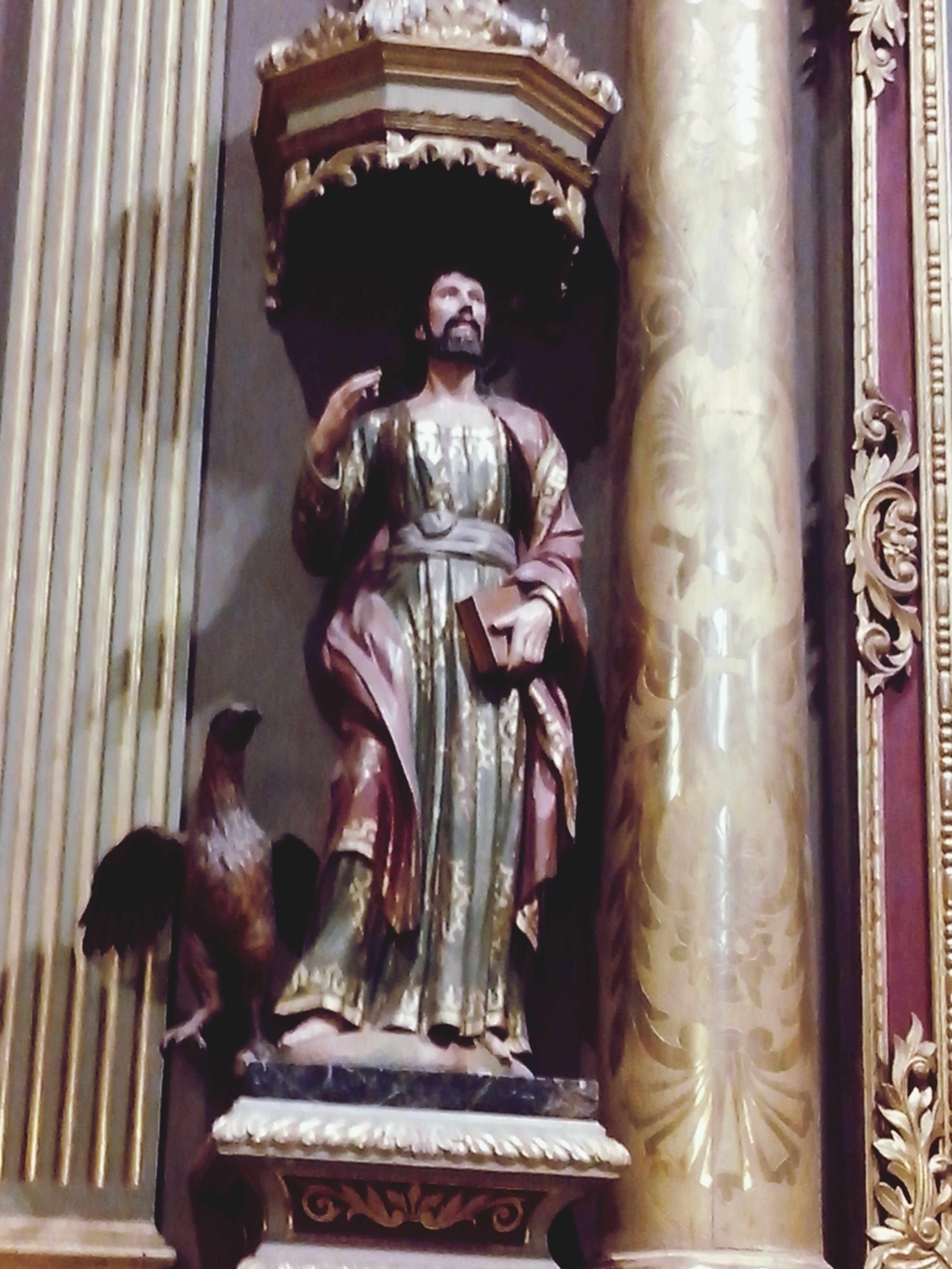 Catedral de Córdoba transepto del altar central el evangelista Juan con el águila a sus pies ya que la mirada del evangelio de Juan está por encima de los detalles biográficos del Cristo On A Break