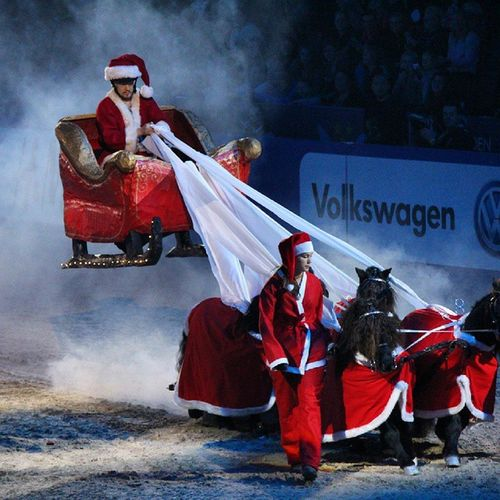 the christmas show at Sweden International Horse Show is magical! Santa Santaclaus Sweden Horse Horsedrawncarriages Sihs14 Ponnyexpressen Antonlundström
