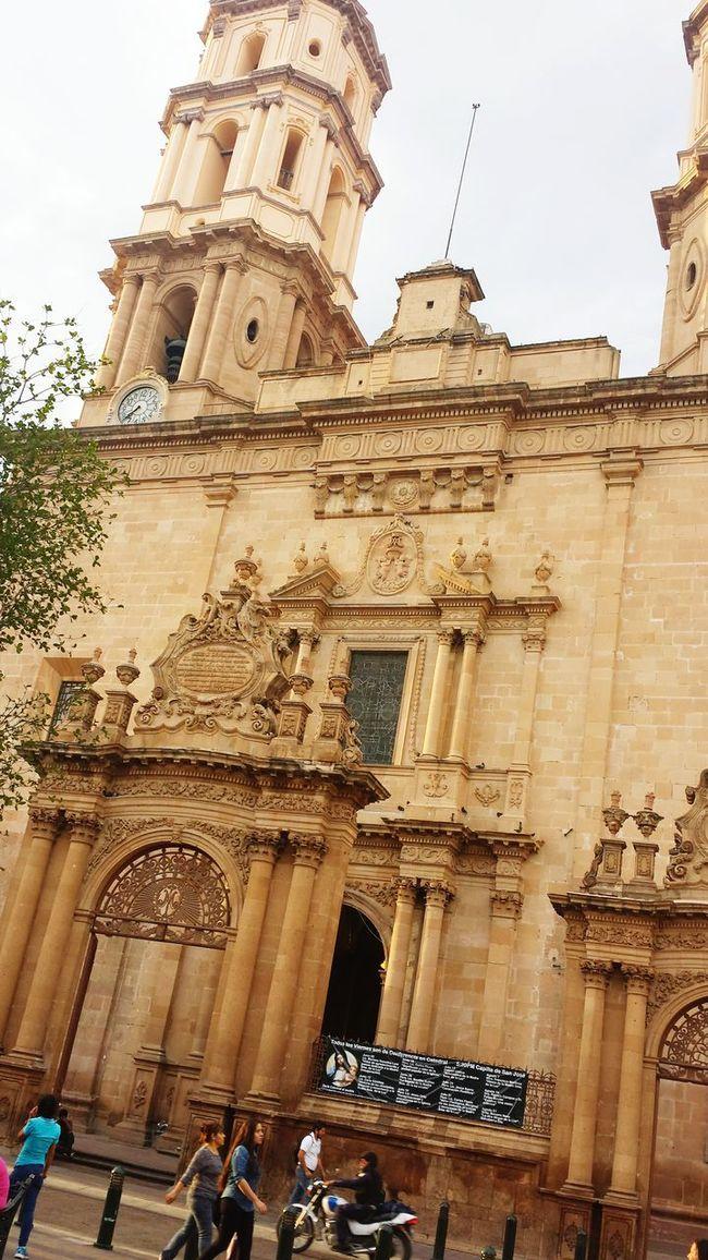 Aveces me nace por tomar fotos con un poco de profesionalismo. Leon Guanajuato Streetphotography Catedral Rustic_wonders