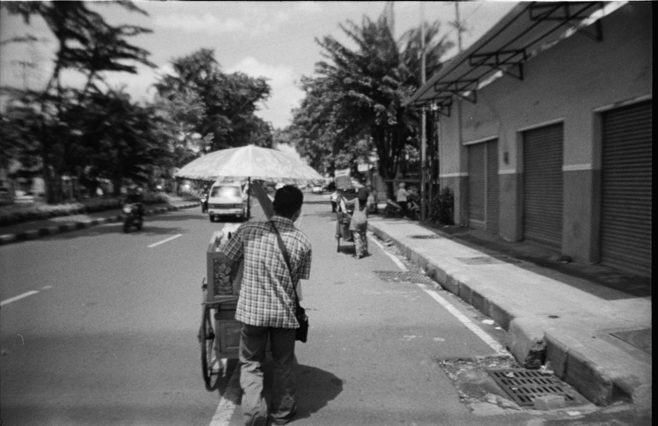 following two 5-legs (dua kaki lima) to their lunch-time positions: these guys walk fast - hot streets of surabaya, java Java 35mm Film Analogue Photography Beautiful City Everybodystreet Film Photography Filmisnotdead INDONESIA Java Kaki Lima La Sardina Lasardina Lomography Street Street Food Street Photography Streetphotography Surabaya Transportation Travel Photography Walking Wanderlust B&w Street Photography The Following