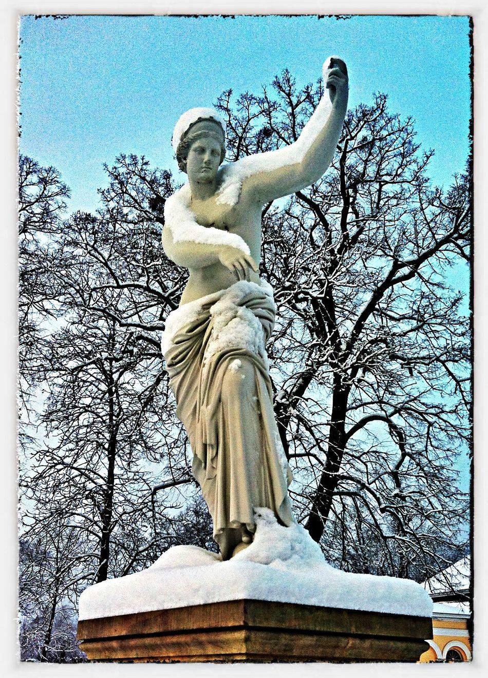 Schlosspark Winter Skulptur Parkweg