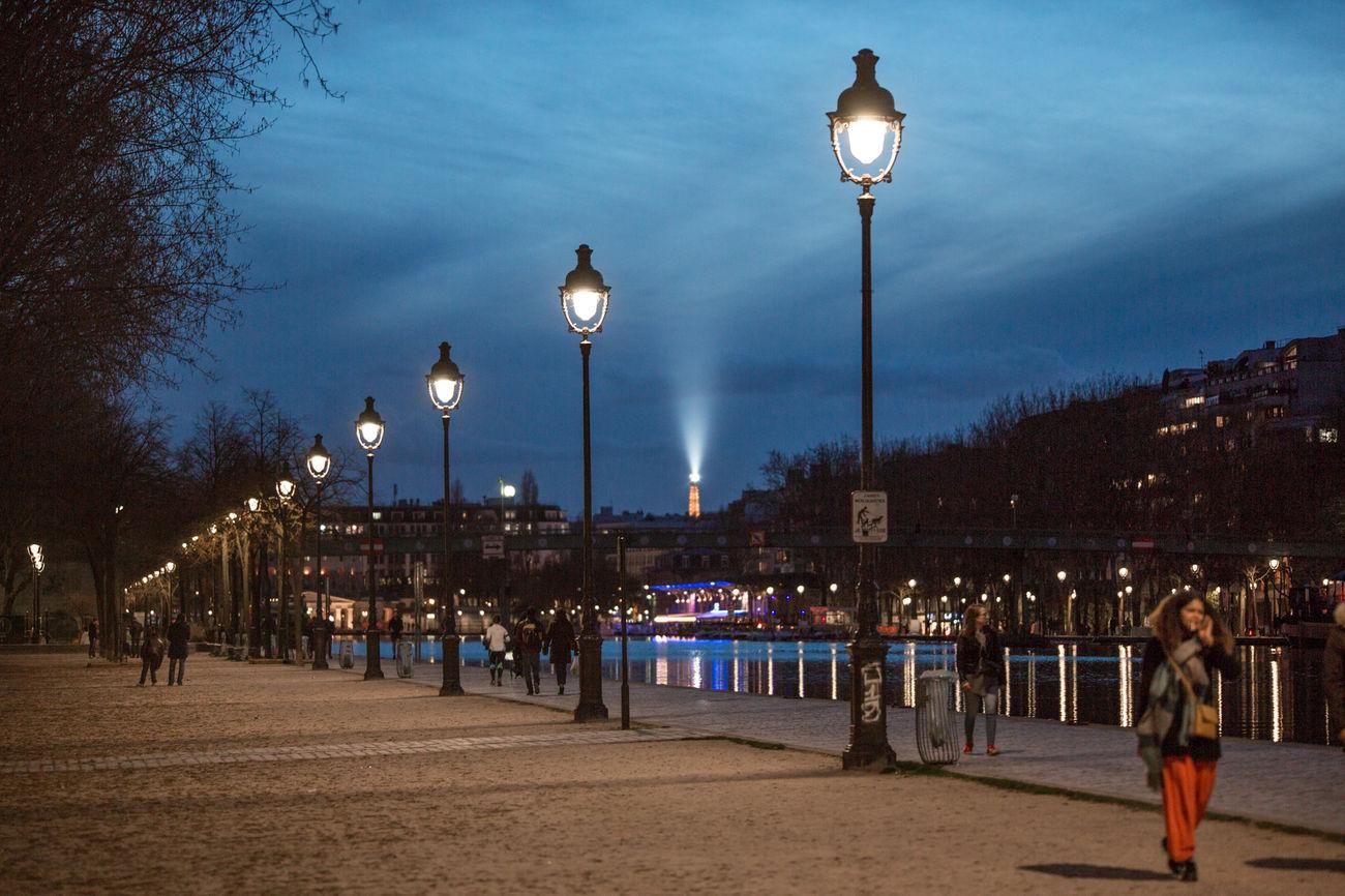 Mon quartier est sympa Cinema Street Light Paris By Night Illuminated Paris 75019 J'aime Night Outdoors Travel Destinations Vacations City Sky Tree People Bassin De La Villette Laowa105mm Lampadaire Tour Eiffel
