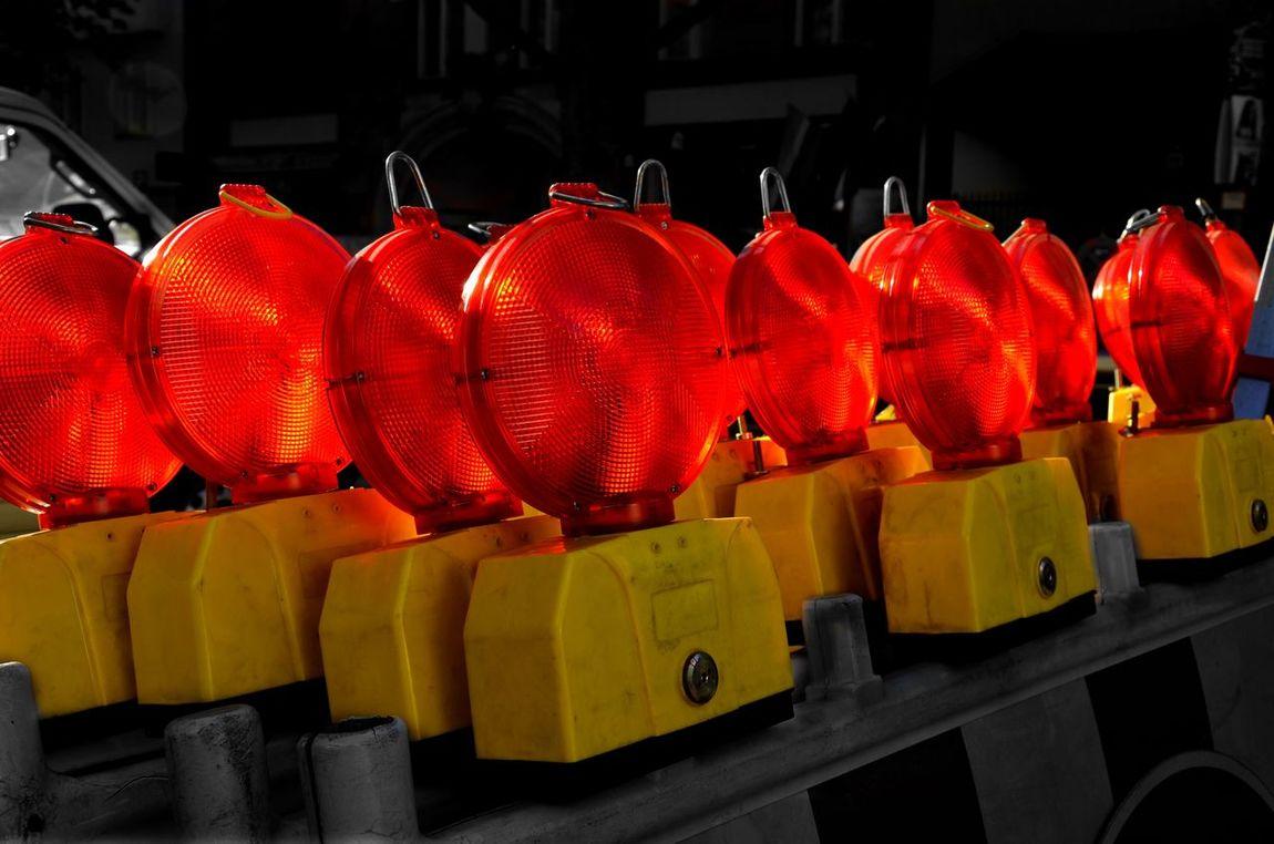 Beautifully Organized roadworks Citylights Construction Construction Site Red Strassenlampe Absperrung Sonnenuntergang Sonnen Sundown Streetphotography Streetlight Redyellow Detail Nightlight Group Of Objects Redlampdistrict Redlamps Baustellenromantik Baustelle