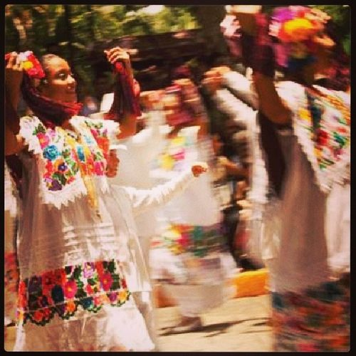 Entender, visualizar y conocer la vaquería en Yucatan es adentrarse a las fiestas populares cuyo origen se remonta en las Haciendas y ranchos del Estado como parte de las fiestas patronales. Comúnmente en estas festividades la gente suele bailar Jarana, un baile típico y tradicional que cobra fuerza en Mérida, Yucatan. Fiestas Meztizajes Trajes Bailes vaqueria.