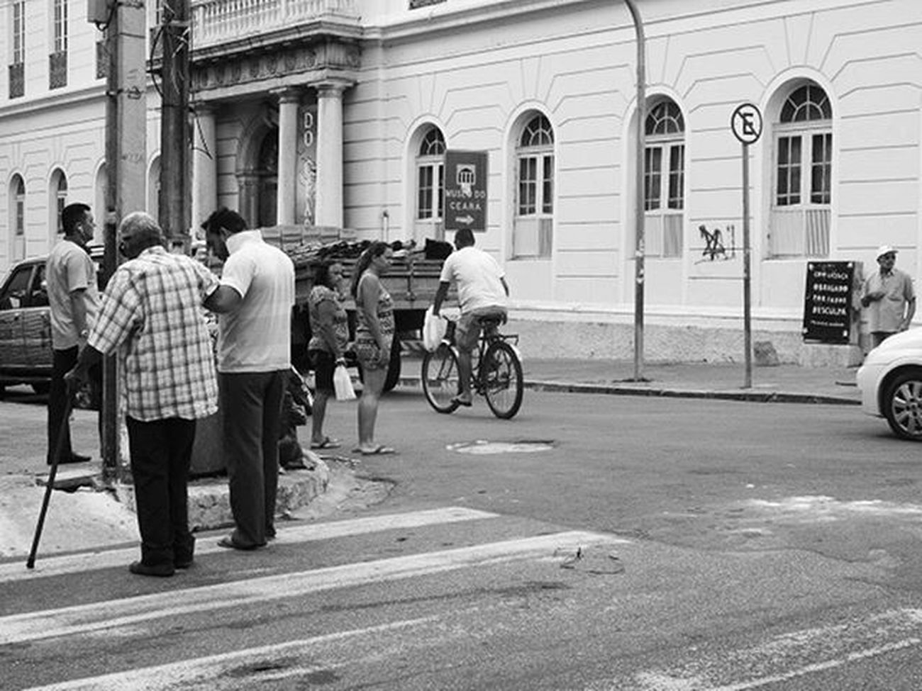 Gentileza gera gentileza. Streetphoto Instagram Instagrambrasil Achadosdasemana Fortaleza Urban Urbanphoto Urbanphotography Loosemag Looseart Blackandwhite Fotomissao Brstreet Brstreet0316 Amigersbr Dnfotografia