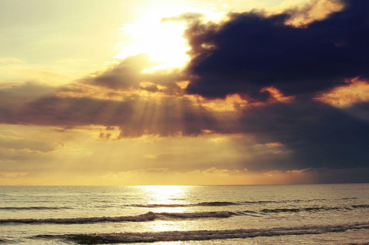 Sunrise At The Beach Sunbeam Cloud - Sky Sea Dramatic Sky Sunrisephotography Sunrise And Clouds