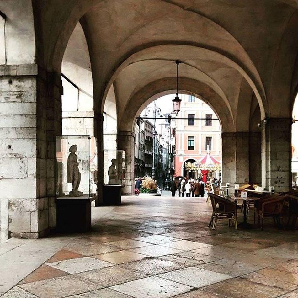 C'e un carosello. E delle statue intrappolate Carousel Treviso Ig_Treviso Travel Architecture Archilovers Photography Piazzadeisignori Loves_treviso