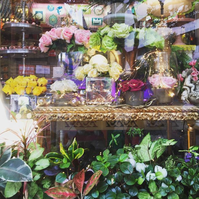 That's Me Oh Hai Dere Mirrorselfie in the Window Display | Beautiful Floral Arrangement | SundayFunday