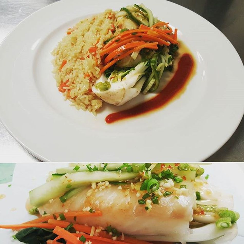 *haddock fish topped with carrots cucumber and fish sauce with side of thyme rice and side of sweet sriracha* Spicy Rice Fish Sauce Plate Calinary Yummy Food