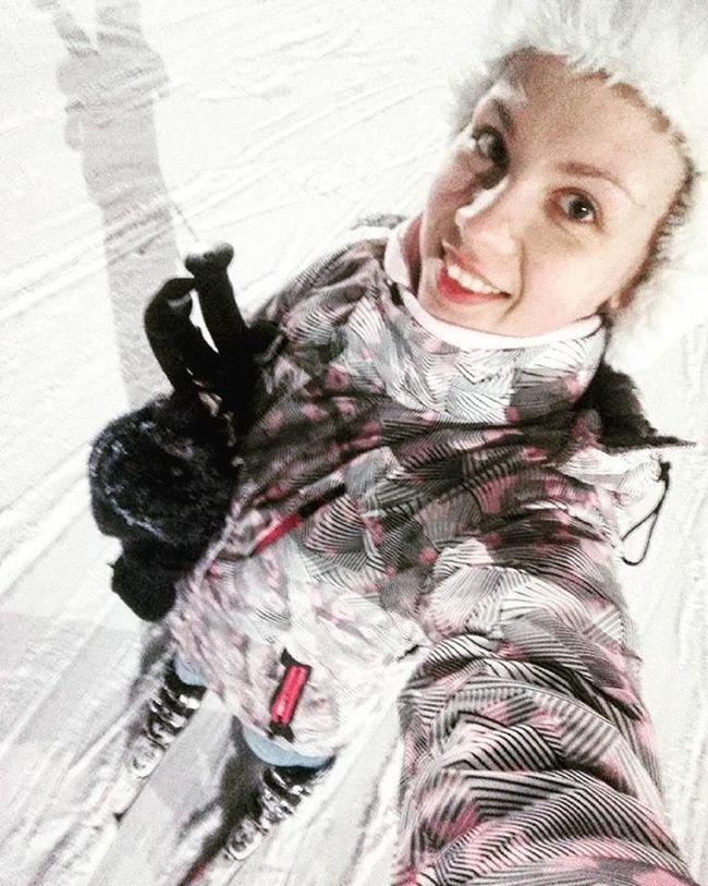 Сегодня побывала в Коробчицах) И НАКОНЕЦ-ТО Я НАУЧИЛАСЬ КАТАТЬСЯ НА ЛЫЖАХ😄😄😄😄 Ну, конечно первый раз как всегда комом, приземлилась на попу...хорошо, что ничего не сломала😀 я про лыжи...😄😄😄 а теперь довольная и с неподвижными руками еду домой спать)) очень крутая разрядка после напряженной сессии коробчицы лыжи снег горы🗻 я довольнаякакслон