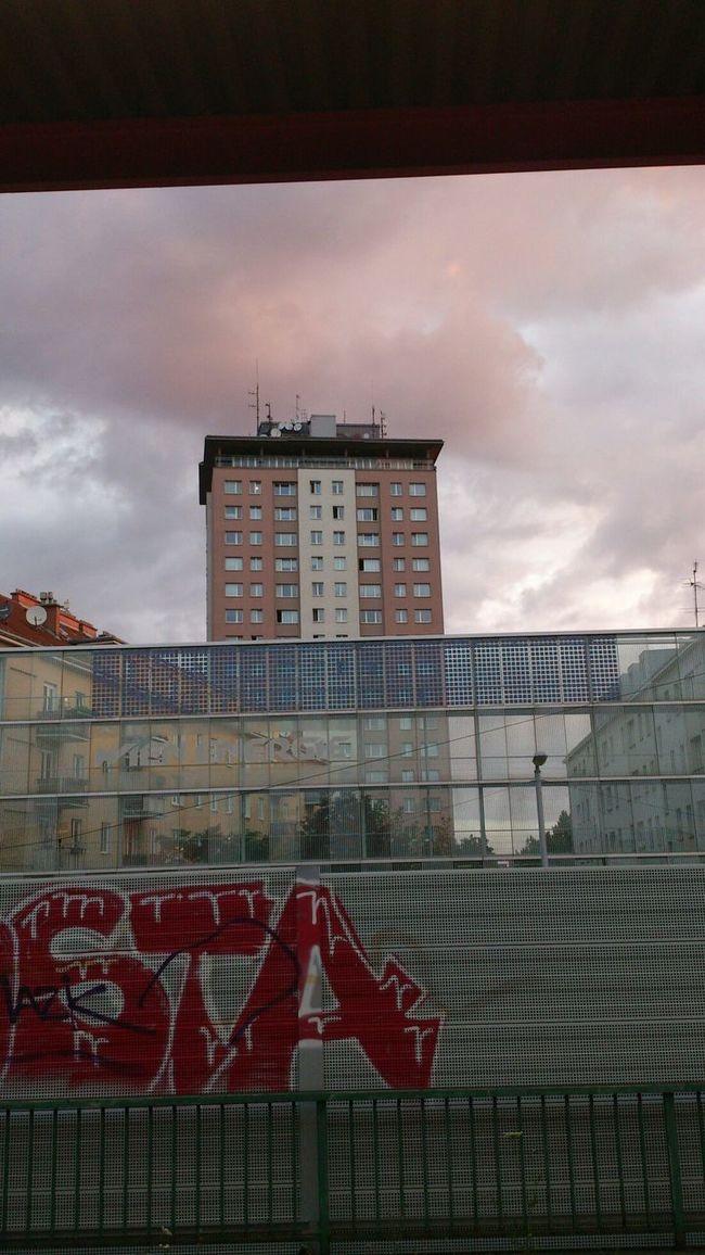 Bahnsteig  Himmel über Wien Hochhaus Juni 2014