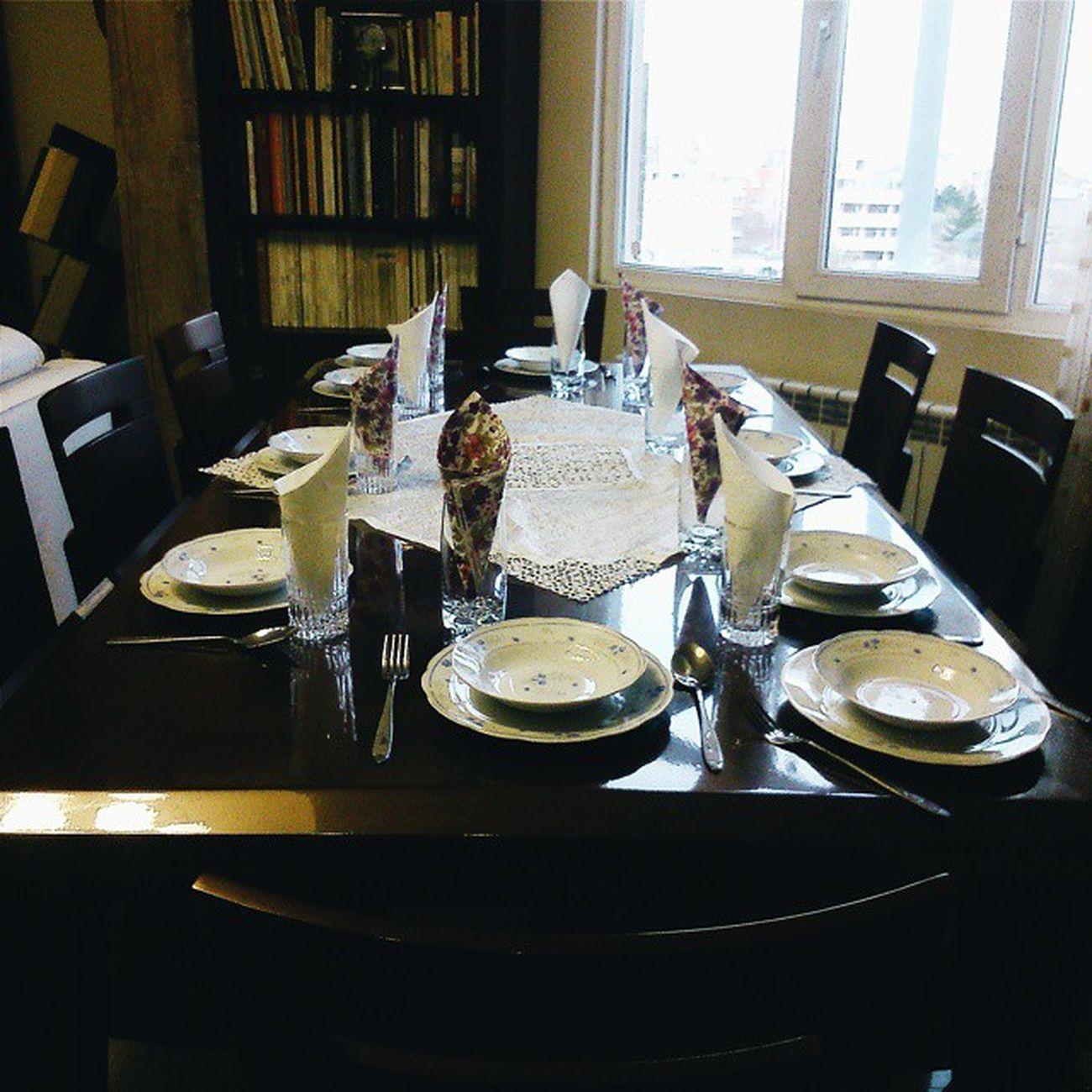 وقتی مسوولیت میز با ی هنرمند باشه :))) . پ.ن: هنرمند منم :)))))))
