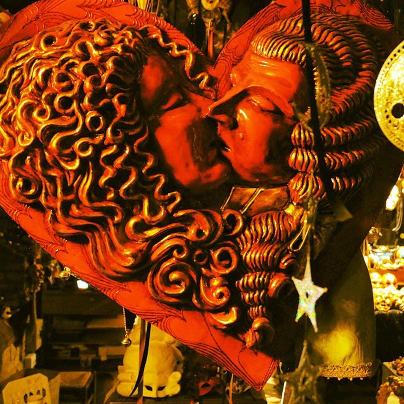 Ein Herz für Venedig: Beginnen wir mit der Serie der Nachtaufnahmen, die ich leider erst Zuhause von der Kamera laden konnte. Gestern sind wir wieder in Düsseldorf gelandet und vermissen Italien und die anderen Teinehmer der Bloggerreise nach Bibione . Was hilft mehr, als in ein paar schönen Momenten zu kramen? Venedigbeinacht Italien Bibione5aquae Reiseblog Reise Love Art Red Woman Kiss Picwithastory Imagewithmeaning Bild: Eine venezianische Handarbeit aus einem kleinen Schaufenster, das erfrischend andere Waren und Kunstwerke bot, als die typischen Läden, auf den Hauptstraßen. Zu viele Geschäfte verkaufen hier einfach das gleiche Sortiment, das garantiert NICHT aus Venedig (und noch weniger aus Italien stammt). Das kleine Geschäft in einer versteckten Seitenstraße im alten Venedig war bei unserem Besuch leider geschlossen - wen wundert es, es war etwas nach 2 Uhr in der Früh😉 Es bleibt nur die Erinnerung ... von Deutschland lässt sich der Standort leider nicht mehr eingeben - schade Instagram! Tipp: Bei unserer Nachtwanderung durch Venedig war das Handy für Fotos ungeeignet, darauf sollte sich jeder Besucher der Stadt vorher einstellen.