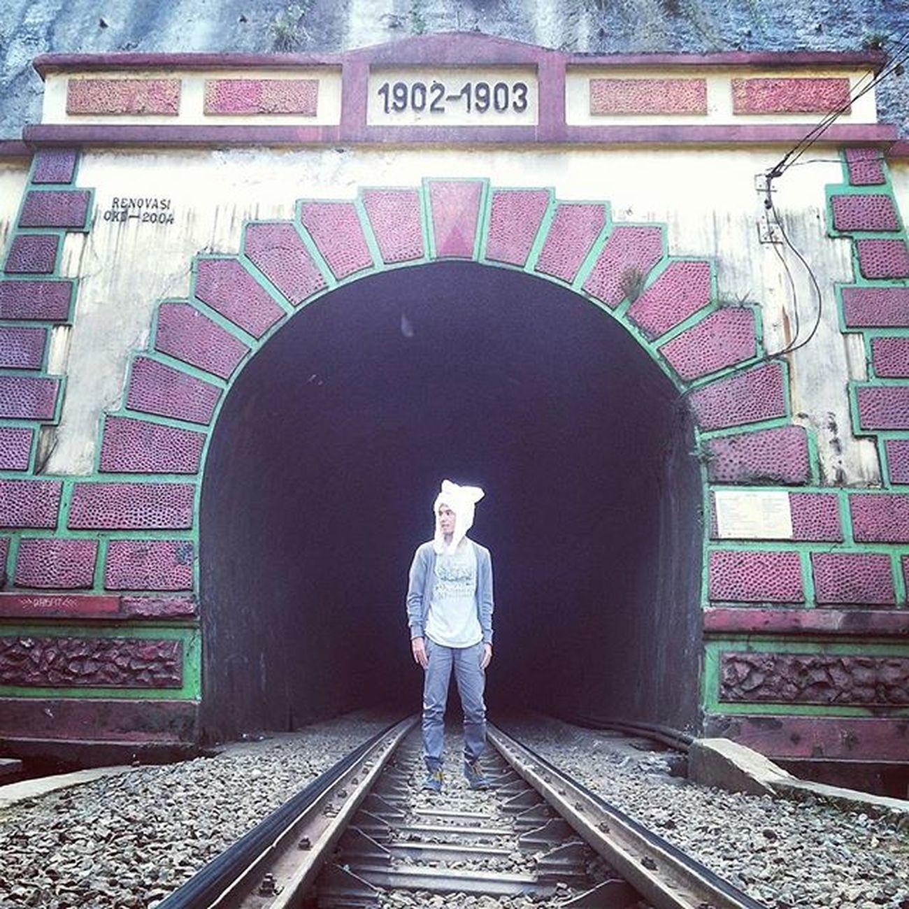 Jarambah Edisi : Urban Legend Jogger pants by : @BusanaArshop Terowongan kereta ini merupakan salah satu terowongan terpanjang yg ada di Indonesia, lalu lintasnya pun cukup padat. Saking padatnya sehingga dibangun pos penjaga di kedua ujung terowongannya. Terowongan ini pun cukup terkenal dg keangkerannya. Setiap 17 agustus warga sekitar selalu memberi sesajen sbg usaha penolak bala. Mitosnya, para pekerja rodi yg mati saat membangun terowongan ini jasadnya dikubur dan dijadikan benteng sekitar terowongan ini.. Lokasi : Terowongan Sasaksaat, Padalarang . Ridwanderful JarambahBandung DiBawahLangitBandung BandungIsMe